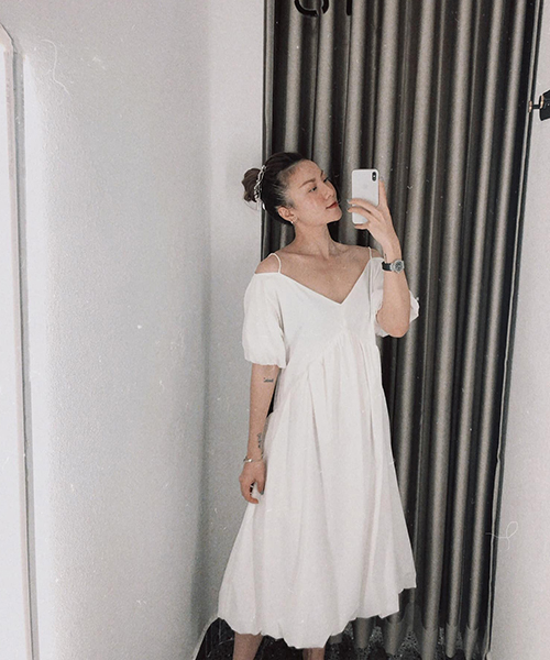 Váy lụa trắng mang lại sự nhẹ nhõm cho người mặc tiếp tục được Yến Nhi lăng xê. Phom của mẫu váy mùa mới cũng được biến tấu nhẹ nhàng để tránh sự nhàm chán.