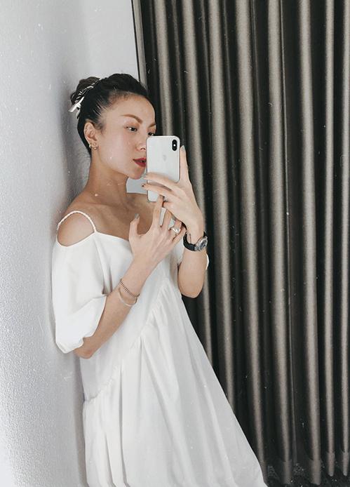 Đầm suông gam trắng được kết hợp bởi phom của váy trễ vai, hai dây, bố trí thêm phần cúp ngực để tạo nên sự mới lạ.