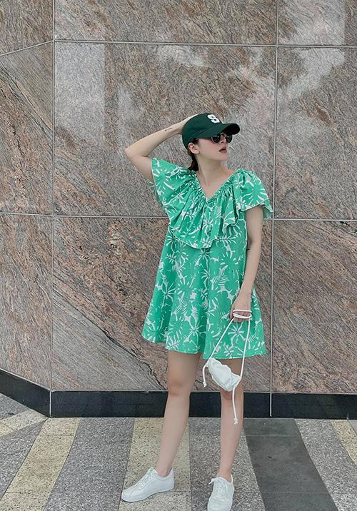 Mẫu đầm giải phóng hình thể đậm chất nữ tính vẫn có thể tôn nét cá tính khi được mix cùng bộ phụ kiện mũ lưỡi trai, giày đế bệt, túi mini.