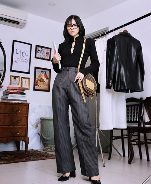 Áo thun dáng ôm vừa phải, quần âu lưng cao là gợi ý của Khánh Linh cho chị em công sở ở mùa này.