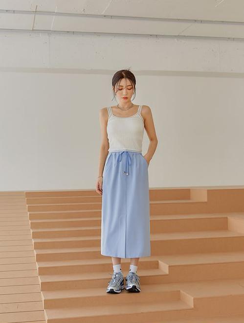 Ngoài cách sử dụng tông xanh da trời, xanh biển, navi hay coban, xanh pastel vẫn tạo nên sự hoà hợp nhất khi phối cùng trang phục trắng.