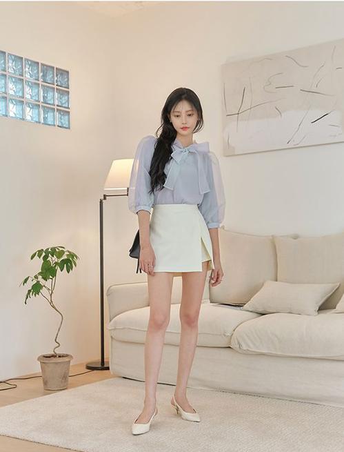 Khi đến văn phòng, thay vì diện quần short năng động, các bạn gái có thể chọn các mẫu quần váy, chân váy chữ A để mix cùng áo blouse điệu đà.