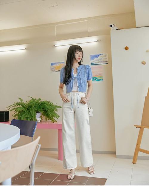 Với ưu điểm trong việc tạo nên sự trang nhã và trẻ trung, set đồ kết hợp gam trắng - xanh thường được lòng các bạn gái trẻ, thích chọn trang phục dịu mắt.