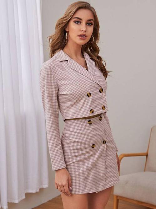 Suit ngắn hoạ tiết kẻ sọc ca rô phù hợp với các bạn gái có hình thể đẹp và vòng eo thon gọn.