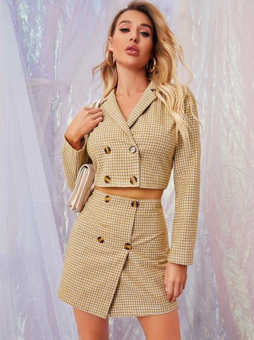 Kết hợp cùng các mẫu áo blazer dáng lửng là chân váy chữ A được trang trí hàng cúc bắt mắt mang tới điểm nhấn cho set đồ mùa thu của phái đẹp.