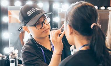 Makeup che khuyết điểm với lớp nền mỏng, mịn