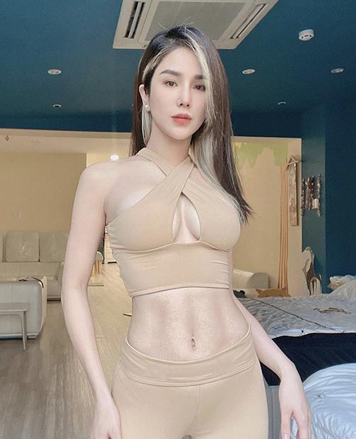 Trong thời gian giãn cách xã hội, không có điều kiện cập nhật ảnh street style, Diệp Lâm Anh lại chuyển hướng sang khoe body nóng bỏng với loạt trang phục thể thao.