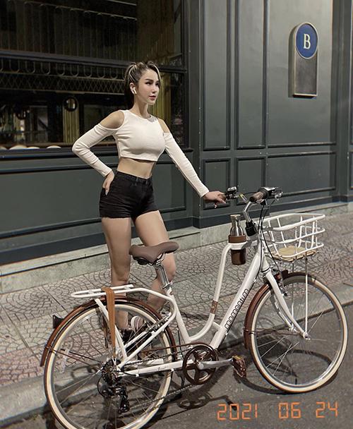 Cùng với các set đồ chuyên dụng cho phái đẹp yêu thể thao, Diệp Lâm Anh còn mix-match ấn tượng các mẫu áo hở eo cùng short hay chân váy khi tập thể dục.