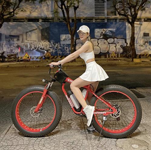 Váy tennis khoe chân thon sexy cũng được Diệp Lâm Anh sử dụng để đạp xe - một trào lưu được nhiều người đẹp Việt yêu thích ở đầu mùa hè 2021.