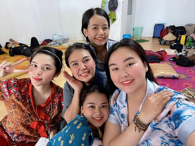 5 cô gái trong đội mai táng 0 đồng Giang Kim Cúc và cộng sự.