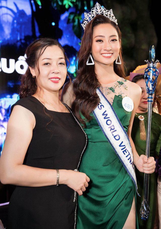Lương Thùy Linh bên cạnh mẹ trong giây phút đăng quang Hoa hậu Thế giới Việt Nam 2019.