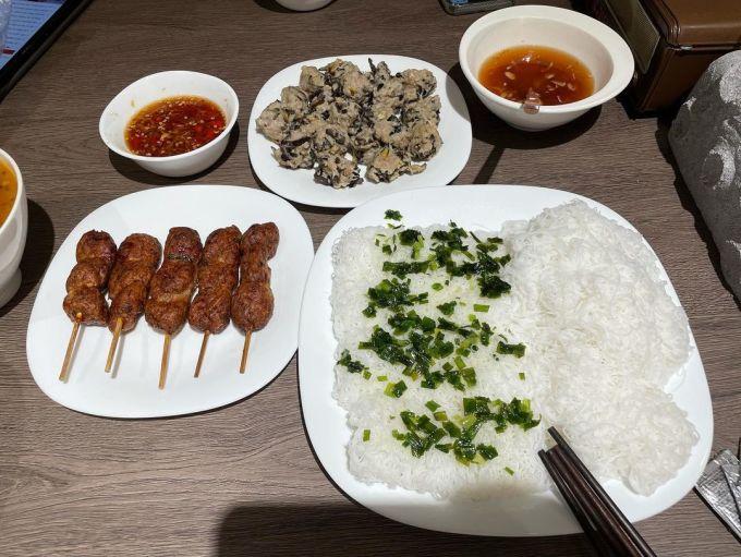 Mùa dịch không thể du lịch xa hay ăn hàng quán, Trấn Thành tập làm các món Bắc - Trung - Nam để thưởng thức ở nhà cho đỡ ghiền. Chồng Hariwon vừa trổ tài với một mâm đồ ăn đặc sản miền Trung gồm nem nướng, ốc dồn thịt, bánh hỏi mỡ hành.