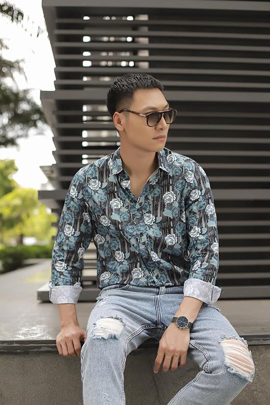 Năm ngoái, khi tham gia Hồ sơ cá sấu, nam diễn viên đổi gió với mái tóc ngắn bụi bặm kết hợp trang phục cá tính như quần jeans rách, áo oversized, jacket...