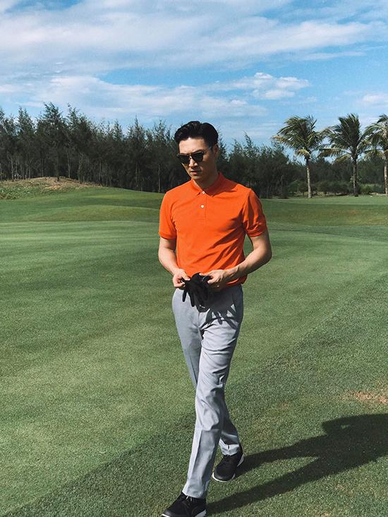 Kể cả khi đi tập golf, anh cũng thích phong cách lịch lãm.