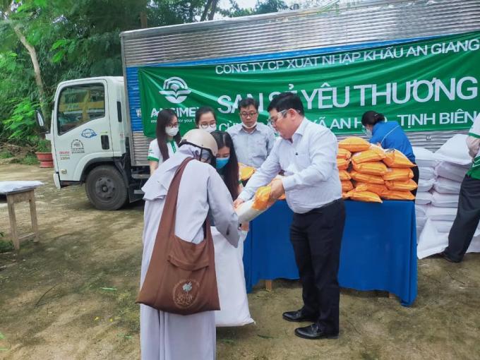 Angimex thực hiện chiến dịch San sẻ yêu thương tặng gạo tại An Hão, huyện Tịnh Biên, tỉnh An Giang.