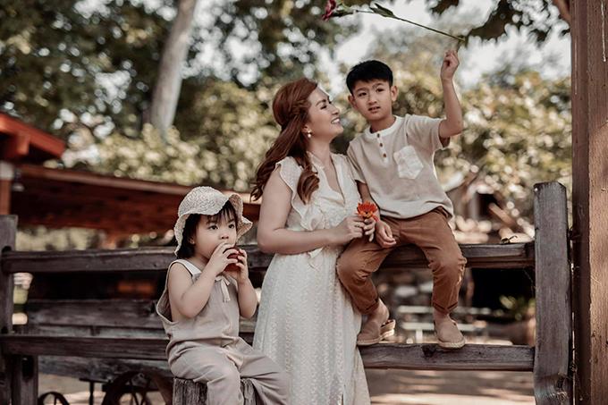 Nguyễn Hồng Nhung tận hưởng cuộc sống bên hai con.