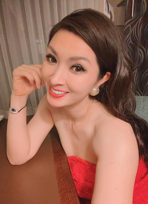 Nguyễn Hồng Nhung đắt show khi về Mỹ.