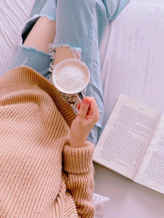 Từ ngày chuyển về đây, quý cô độc thân mỗi ngày đều tận hưởng những giây phút thảnh thơi bên ly cà phê buổi sáng, uống trà chiều hoặc dùng bữa tối trên sân thượng.