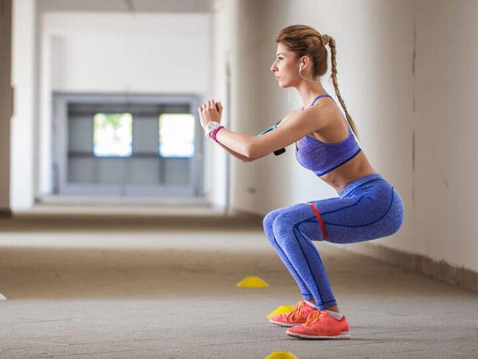 Tư thế squat chuẩn sẽ siết chặt cơ mông, giúp vòng ba săn chắc hơn.