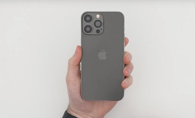Nguyên mẫu được cho là iPhone 13 Pro max từng lộ diện. Ảnh: Phonearena