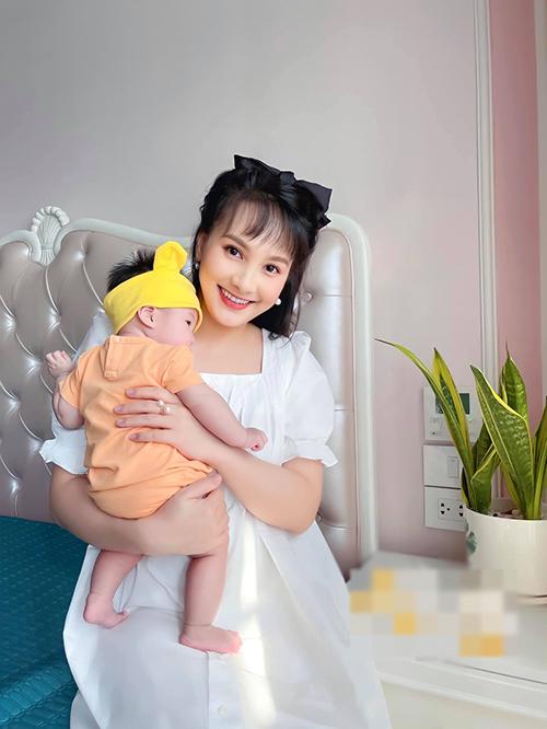Bảo Thanh rạng rỡ bên con gái 4 tháng tuổi.