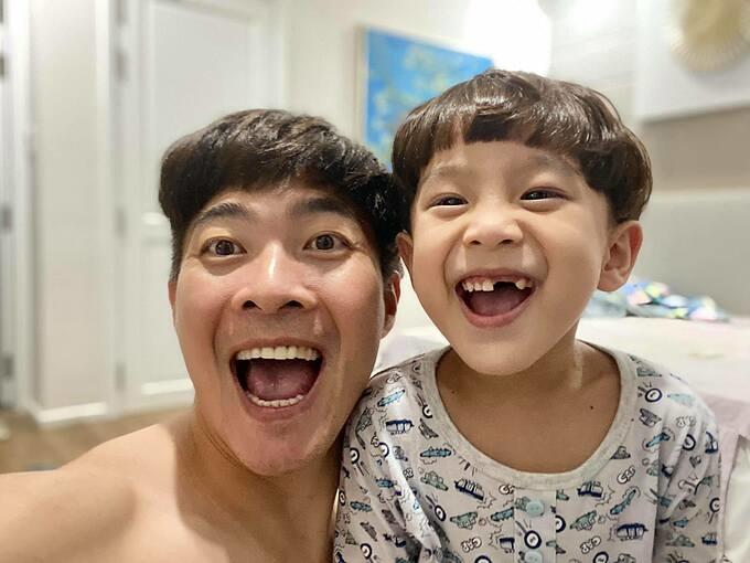 Quốc Cơ nhí nhố selfie cùng con trai.