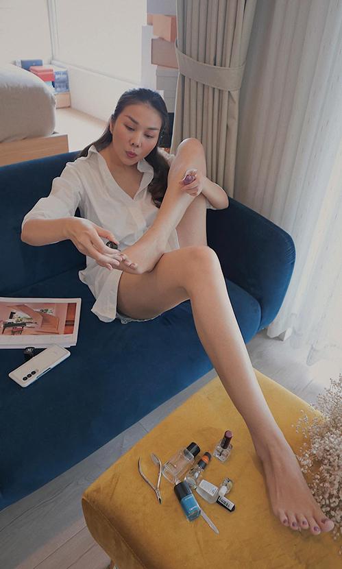 Siêu mẫu Thanh Hằng khiến fan trầm trồ với đôi chân dài 1m12 khi tự làm móng tại nhà.