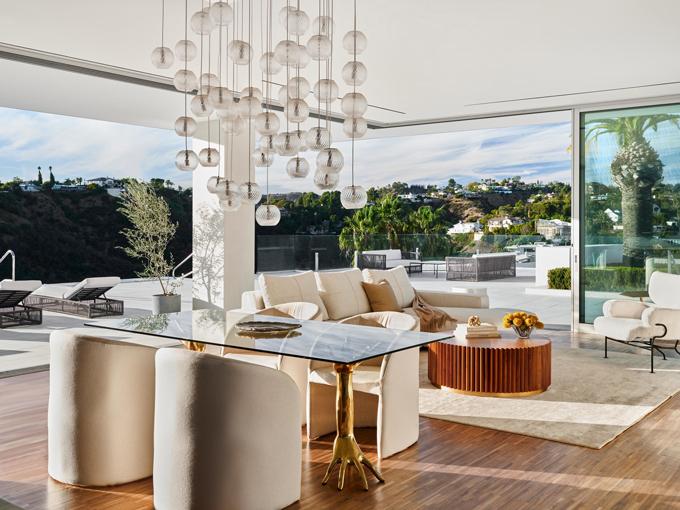 Một căn phòng khách của siêu dinh thự The One. Ảnh: Douglas Fiedman.