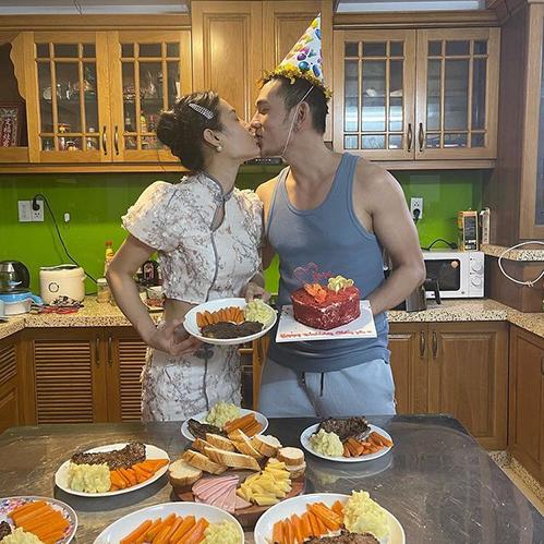 Phương Trinh Jolie tình cảm bên bạn trai Lý Bình và khẳng định mình có thể nấu ăn.