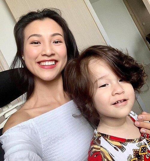 Hoàng Oanh rạng rỡ bên con trai. Nữ ca sĩ vừa đón tuổi 31 hôm 10/9 và hiện có cuộc sống hạnh phúc viên mãn ở Singapore cùng chồng con.