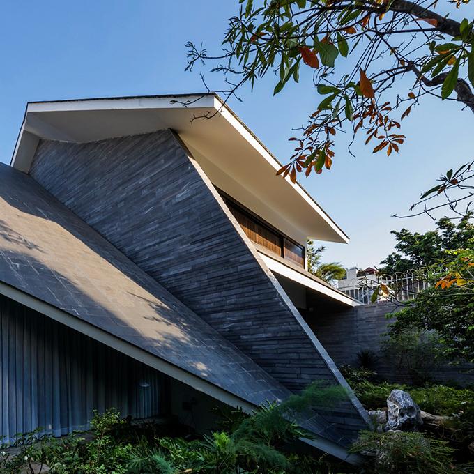 Công trình được lùi vào bên trong, hệ thống mái được hạ thấp để tạo sự tương đồng với môi trường xung quanh.