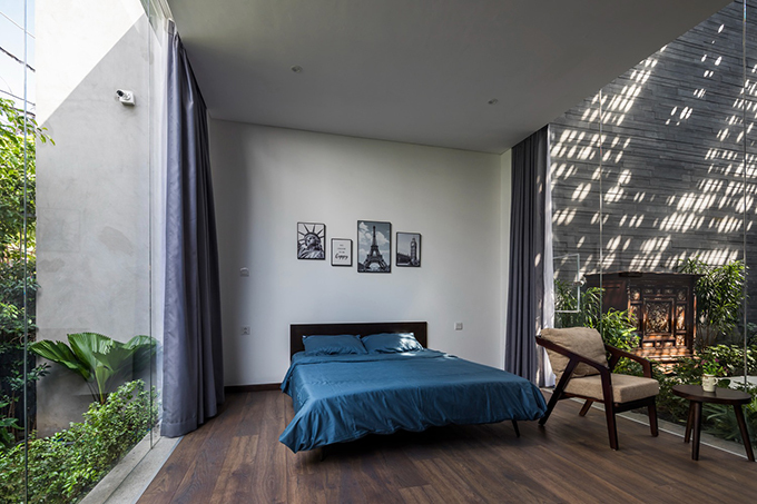 Phòng ngủ khác của biệt thự giống như phòng hạng sang trong resort, có hai lối đi hai bên giường ngủ, một bộ bàn ghế nhỏ để chủ nhà thưởng trà, ngắm cảnh thiên nhiên bên ngoài.