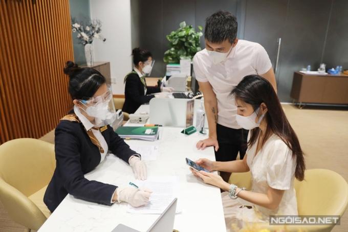 Vợ chồng Công Vinh làm việc phía ngân hàng chiều 17/9. Ảnh: Trần Quỳnh