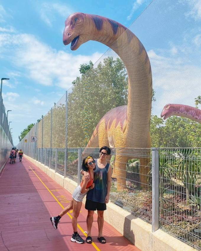Chú khủng long cao nhất có chiều cao gần 5 m, thò đầu ra ngoài hàng rào chụp hình với du khách. Ảnh: kextay