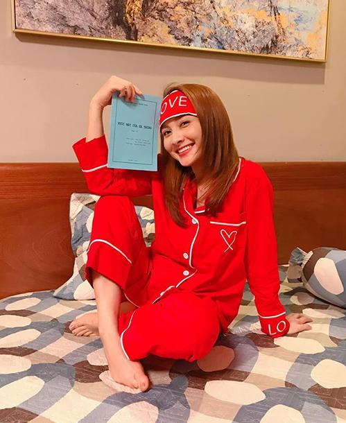 Đảm nhận vai Thư - cô gái mê thời trang, có tính cách vui vẻ, nhí nhảnh trong Về nhà đi con, Bảo Thanh chuẩn bị phục trang cho phim rất kỹ lưỡng. Khi ra phố, cô chủ yếu diện thiết kế của các thương hiệu trong nước. Còn lúc ở nhà, Thư lại chỉn chu với pyjama.