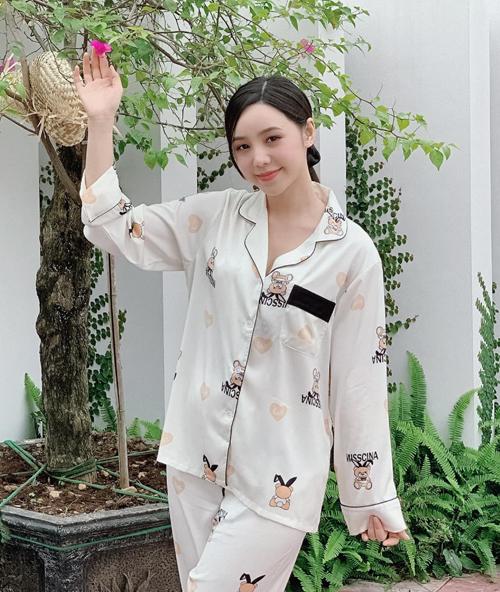 Quỳnh Kool mặc nhiều bộ pyjama đẹp mắt trong Hãy nói lời yêu. Để tránh bị già dặn, diễn viên chọn những thiết kế có màu sắc tươi sáng, họa tiết trẻ trung.