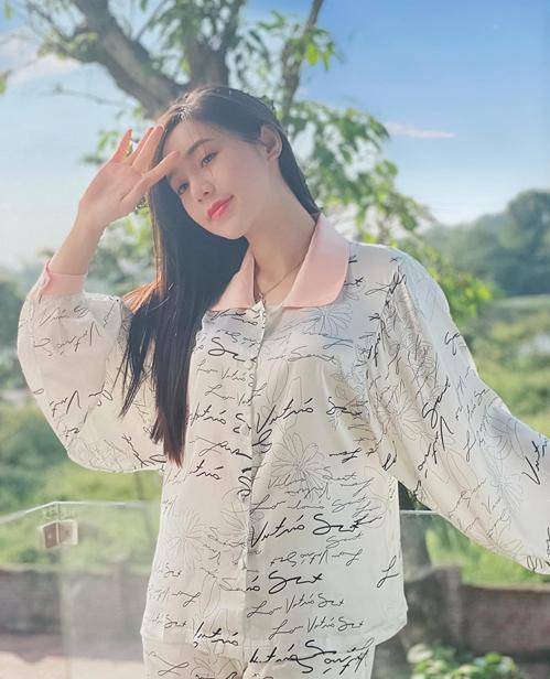 Các thiết kế pyjama cách tân mang đến cho Quỳnh Kool diện mạo xinh đẹp mà không nhàm chán khi ở nhà.