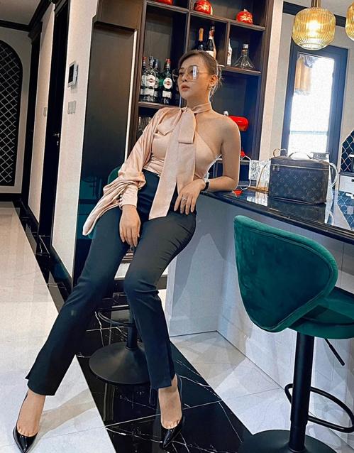 Những góc hành lang, phòng khách hay căn bếp trong nhà được Phương Oanh biến thành điểm sống ảo khoe trang phục sành điệu.