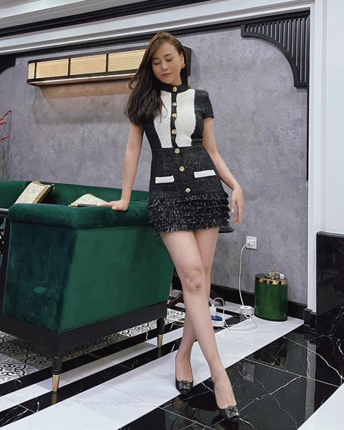 Những ngày không đi quay, Phương Oanh thường xuyên lên đồ chụp hình tại gia. Người đẹp sở hữu gu thời trang sang chảnh, gợi cảm.