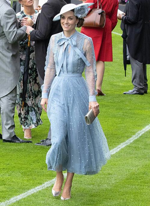 Trang phục của Phương Oanh gây liên tưởng đến diện mạo sang trọng của Kate Middleton khi dự lễ hội đua ngựa Royal Ascot 2019. Trong sự kiện, công nương xuất hiện thanh lịch cùng set váy của Elie Saab gồm áo sơ mi voan đắp ren kết hợp chân váy tulle đính cườm lấp lánh.