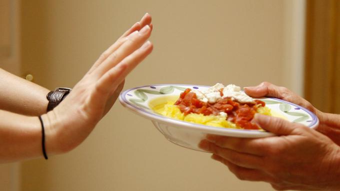 Bỏ bữa tối dễ khiến bạn ăn nhiều hơn vào bữa sáng, ảnh hưởng đến cân nặng.
