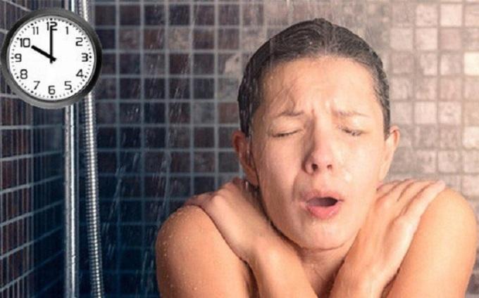 Tắm quá muộn có thể khiến cơ thể nhiễm lạnh, gây viêm phổi, đau đầu mãn tính.