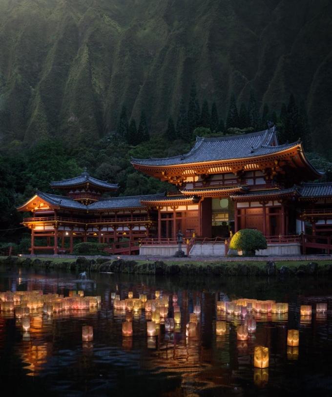 Byodo-In tọa lạc dưới chân núi Koolau là một ngôi đền Phật giáo phi giáo phái, chào đón mọi người thuộc mọi tín ngưỡng đến tham quan, thờ phụng, thiền định hay đơn giản là yêu mến vẻ đẹp của nó. Đền được xây vào năm 1968 nhằm kỷ niệm 100 năm người Nhật Bản đầu tiên nhập cư Hawaii. Ngày nay, đền được biết đến rộng rãi nhờ xuất hiện trong nhiều phim, trong đó có series truyền hình Lost (2004 - 2010).