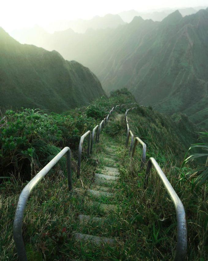 Bậc thang Haiku còn được gọi là nấc thang lên thiên đường, là một cầu thang ngoạn mục với hơn 3.900 bậc, bắt đầu từ thung lũng Haiku, trải dài dọc theo sườn núi Koolau. Nó được hải quân Mỹ xây dựng vào thế chiến thứ II để làm tháp vô tuyến trên đỉnh, truyền tin tới các tàu thủy và tàu ngầm của Mỹ. Tuy nhiên, cách đây vài ngày, chính quyền Hawaii đã thông qua kế hoạch dở bỏ vì quá nguy hiểm và nhiều khó khăn cho công tác bảo trì.