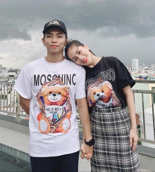 Khánh Thi và Phan Hiển đều sở hữu phong cách năng động, trẻ trung. Trong showbiz Việt, cặp đôi của làng dance sport nổi tiếng có sở thích diện đồ đôi.