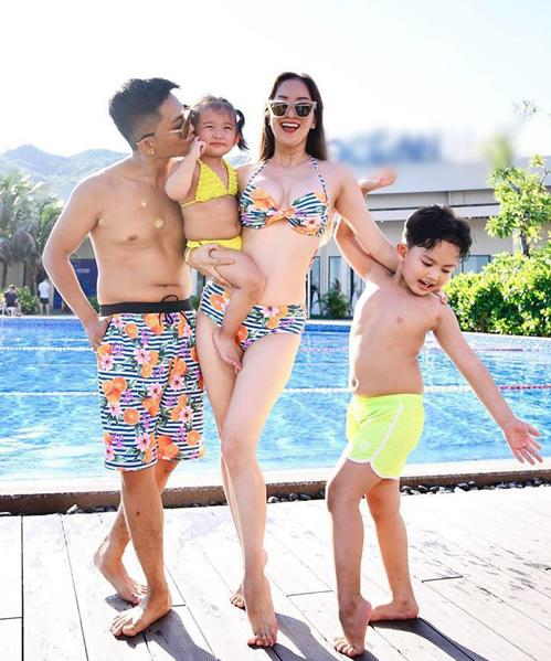 Ngay cả khi diện đồ bơi, Khánh Thi - Phan Hiển vẫn thể hiện sự gắn bó bằng cách chọn trang phục ton-sur-ton cầu kỳ.
