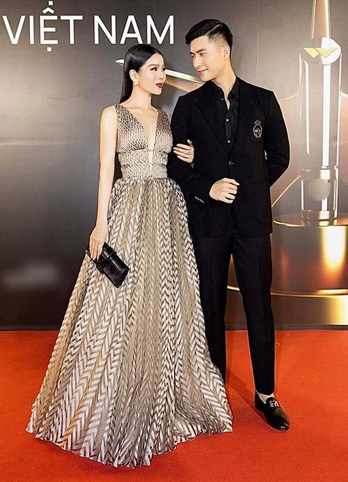 Cách chuyển màu từ váy của Lệ Quyên sang chi tiết thêu lấp lánh trên áo của Lâm Bảo Châu cho thấy cặp đôi rất chỉn chu, tinh tế trong khoản lên đồ đồng điệu.