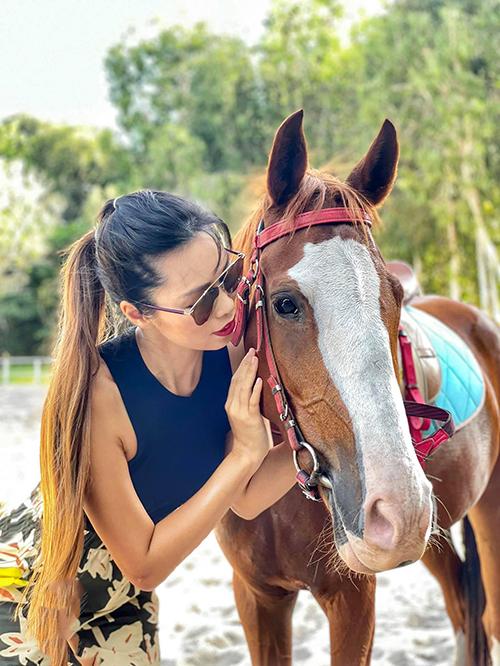 Chia sẻ về khó khăn khi tập bộ môn này, Hà Anh nói: Cưỡi ngựa cần có sự bình tĩnh để xử lý và nhanh nhẹn đoán biết tính tình, thói quen của con ngựa. Bởi ngựa là loài động vật thông minh, nhưng cũng khá cảm xúc, và tuỳ hứng. Vì thế người tập phải làm quen được với con ngựa, hiểu tính nó, đoán biết được cử chỉ của con vật để trong các trường hợp có thể nhanh chóng xử lý, nếu luống cuống sẽ rất nguy hiểm.
