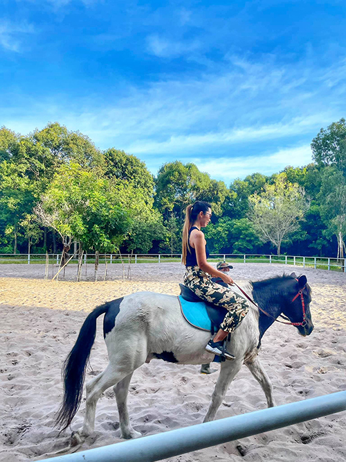 Thời gian này mắc kẹt ở Hồ Tràm, có thời gian rảnh và khu villa nơi vợ chồng cô ở lại ngay cạnh trang trại chuồng ngựa nên Hà Anh lền tận dụng để thực hiện ước mơ từ lâu của mình. Ít nhất sau đại dịch này cũng phải được thêm một kỹ năng, Hà Anh dí dỏm tự nhủ. Ngoài yếu tố thể thao của bộ môn cưỡi ngựa, Hà Anh còn rất yêu động vật. Với cô, được gần gũi chú ngựa và đi dạo trong rừng sau giờ tập là một cảm giác thư giãn tuyệt vời.