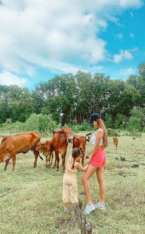 Khuôn viên ở Hồ Tràm rộng rãi, gần gũi với thiên nhiên nên gia đình Hà Anh không thấy nhàm chán dù mắc kẹt ở đây đã ba tháng. Lúc rảnh rỗi, cô và chồng dẫn con đạp xe, đi dạo trong khu vườn hoặc ra cánh đồng gần nhà để ngắm vịt, trâu bò... Bé Myla khá thích thú và học được nhiều điều bổ ích từ cuộc sống chậm rãi nơi đây.